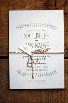 Romántica invitación de boda con distintas tipografías y un discreto dibujo con motivos naturales