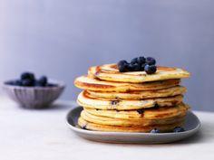 Buttermilch-Pancakes mit Blaubeeren | Kalorien: 294 Kcal - Zeit: 45 Min. | http://eatsmarter.de/rezepte/buttermilch-pancakes-mit-blaubeeren