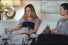 Porque era basicamente isso que faltava na nossa vida decorativa hehe! Lembram dessa cena da Carrie no Sex and the City, o filme? O cobertor daHermès é um clássico decorativo e tem lá sua utilidade, o modeloAvalon Blanket custa U$1.500, ouch! Acho um charme, mas fico com as versões acessíveis (eu tenho um bem charmoso …