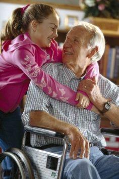 Betreutes Wohnen im Alter.    Immer weniger Junge müssen sich in Zukunft um immer mehr Alte kümmern. Neue Wohnkonzepte für Senioren sind deshalb gefragt. Wichtig sind dabei etwa barrierefreie Räume für Rollstuhlfahrer. Foto: djd/Interessenverband Mieterschutz e.V./thx