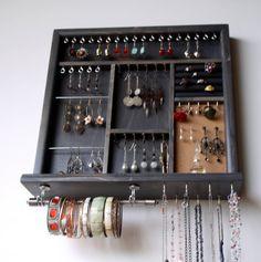 Il s'agit d'un organisateur de bijoux conçus et fabriqués par mes soins. Mon objectif est fonctionnel avec une fusée artistique lors de fabrication de pièces fonctionnelles. Ce porte bijoux belle et pratique peut être fixé au mur et une fois que les bijoux sont sur elle c'est comme une
