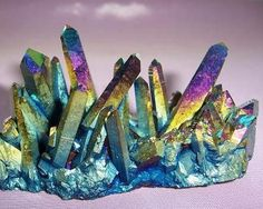 Bei den Aqua Aura Kristallen handelt es sich um klare Bergkristalle, die mit reinem ...