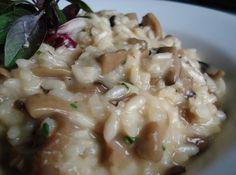 Receita de Risoto de Champignon - 200 gr de arroz arbório, 1 unidade de cebola, 50 gr de manteiga, 100 ml de vinho branco, 50 gr de shitake, 50 gr de champi...