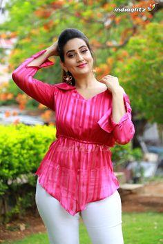 Most Beautiful Bollywood Actress, Bollywood Actress Hot Photos, Indian Actress Hot Pics, Bollywood Girls, Actress Photos, Beautiful Actresses, Indian Actresses, Beautiful Women Over 40, Beautiful Girl Photo