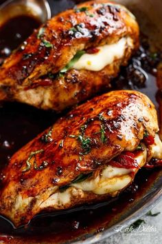 Caprese Stuffed Balsamic Chicken is a twist on Caprese, filled with both fresh AND Sun Dried Tomatoes for a flavour packed chicken! Chicken breast has never been so juicy and moist than with this Caprese Stuffed Balsamic Crockpot Recipes, Cooking Recipes, Healthy Recipes, Delicious Recipes, Turkey Recipes, Dinner Recipes, Think Food, Breast Recipe, Entrees