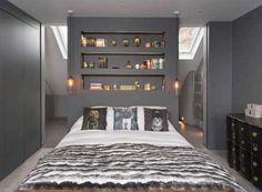 Dans cette chambre parentale la demi-cloison sert aussi de tête de lit…
