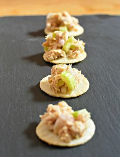 Asian-inspired soy-lime tuna salad on baked rice crackers (Bake Rice Dinners) Vegetarian Snacks, Healthy Vegan Snacks, Healthy Eating, Yummy Appetizers, Appetizer Recipes, Snack Recipes, Baked Rice, Food Swap, Tuna Salad