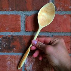 Learn basic techniques to shape a green wood spoon. Step-by-step tutorial on splitting and flattening wood, and design your spoon to fit the grain.