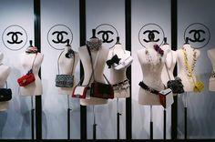 Vitrines e Lojas que destacam com qualidade os sapatos são um verdadeiro fetiche para os consumidores. O Consultório do Varejo fez uma seleção para trazer inspiração na hora de produzir a sua vitrine ou definir o Visual Merchandisng da sua Loja de Calçados. Inspire-se! #varejo #retail #vitrine #vitrinismo #visualmerchandising #lojacalçados Solução perfeita. Chanel  www.consultoriodo... #vitrine #varejo #cursovarejo #cursovitrinismo @vitrinesapatosbolsas