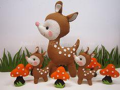 ♥♥♥ Bambis ...Por aqui alguns bichinhos cresceram ! É o caso do bambi! O grande irá fazer parte da decoração do quartinho do Loann e os pequeninos dum mobile para o berço. (23 x 14cm) (11 x 7cm)