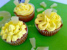 Cupcakes de piña decoradas con frosting de queso.