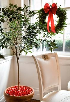20 easy Christmas decorations: red balls in the plant container are a nice touch