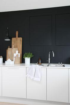 Witte keuken met zwarte muur. Mooi contrast! - voor meer keukeninspiratie http://www.uw-keuken.nl