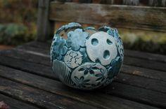 Aufwendig gearbeitete Pflanzkugel in Patchwork-Optik. Von Hand modelliert, in türkis-grün glasiert, frostfest gebrannt. Da sich im Boden kein Loch befindet, kann die Pflanzkugel auch als Vase...