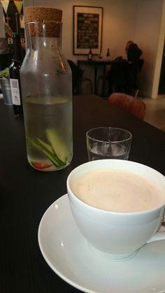 Får lige en latte og et spændende glas vand med smag - stærkt vand med chili og agurk!