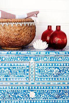 """Von dem Begriff """"Bone Inlay"""" habe ich bislang noch nie etwas gehört und es gibt auch keine vernünftige deutsche Übersetzung. Vielleicht ist das der Grund warum diese Art von Möbelstück bislang noch nicht zum Trend auserkoren wurde. Schade, denn so schöne Kommoden, Spiegel und Tabletts habe ich selten gesehen! Die Technik stammt aus Indien und ähnelt dem Mosaik setzen. Die Einlagen werden geschliffen, zu individuellen Designs zusammengesetzt und mit farbigem Harz ausgegossen.…"""