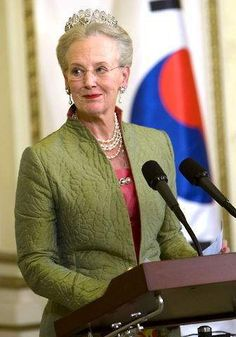 the palmette teamed with an olive green jacket Queen Margrethe Ii, Queen Pictures, Danish Royal Family, Danish Royals, Royal Jewelry, Royal House, Prince Philip, Royal Style, Crown Jewels