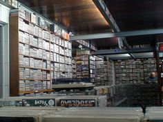 Luiz Calanca,  era farmacêutico e abriu uma lojas de discos por necessidade. A paixão pela música cresceu tanto que abriu uma gravadora independente. A Baratos Afins surgiu em 1978, na Galeria do Rock, sendo a loja mais antiga do local. Calanca contou que a Baratos Afins tem mais de 100 mil discos.
