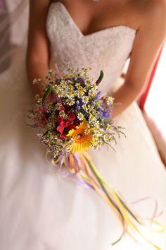 Fiori di campo ed erbe aromatiche per un matrimonio arcobaleno