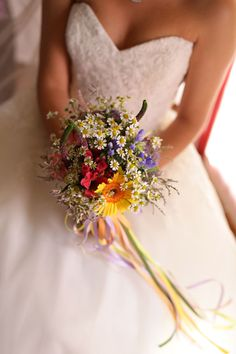 rainbow wildflower bouquet http://weddingwonderland.it/2016/06/matrimonio-country-arcobaleno.html