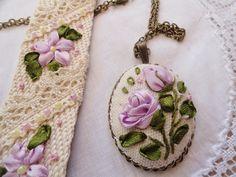 Díszdoboz, kézműves díszdoboz, egyedi ajándéktárgyak szalaghímzéssel: Hímzett textil ékszer. medálok, karkötők szalaghímzéssel.