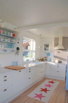 你家廚房採光不錯的話, 擺上幾盆綠色植物吧, 洗手順便澆水    Sink by Dittepigen (Denmark)