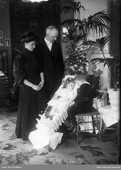 Sweden, 1910, family grieves over her daughter