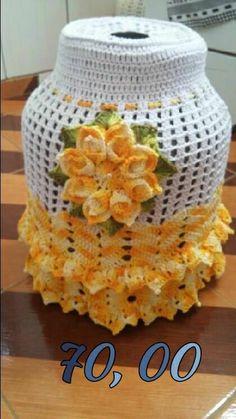 Capa botijao Crochet Kitchen, Crochet Home, Crochet Doilies, Crochet Flowers, Carrier Bag Holder, Crochet Jar Covers, Mason Jar Cozy, Frozen Crochet, Crochet Mask