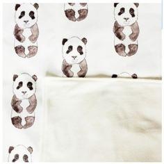 Una encantadora manta para bebé con estos dulces pandas, es ideal para cunas, moisés y para los coches de bebé.Hecho de 100% algodón por la parte delantera y por la parte posterior polar en blanco.Hecho a mano por Rebecca en Inglaterra.Manta de bebé-tamaño 70 x 100 cm aprox.