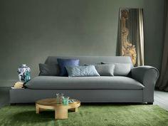 Ein lässiges XXL-Sofa, das schon beim Hinschauen entspannt - sein grau-blauer Leinenbezug und die legeren Rückenkissen laden zum ausgiebigen Chillen zu zweit ein. Besonders spannend kombiniert wirken die Rundungen des Sofas mit klaren, modernen Formen - vielleicht ein schlichter, weißer Couchtisch?
