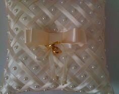 ALMOFADA PORTA ALIANÇAS Bow Pillows, Ring Pillows, Wedding Pillows, Ring Pillow Wedding, Gold Wedding Decorations, Wedding Crafts, Diy Crafts For Girls, Diy And Crafts, Cushion Embroidery