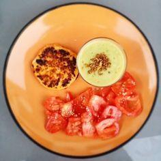 La cena está lista! Hamburguesa de merluza y salmón vasito de crema de verduras con cayena y tomate con semillas de sésamo