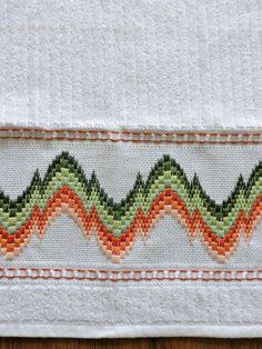 Toalha de mão Bordado em PONTO RETO, feito a mão pela artesã Cristina Panontin Bordado em linha lilás Toalha branca da marca Karsten (ótima qualidade) Tipo de tecido: 99% algodão + 1% viscose Dimensão da toalha: 33 x 50cm