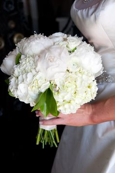 Bouquet tip: the diameter should be less than your waist #bouquet #whitewedding #traditionalwedding #elegant