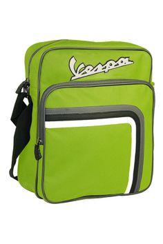 Vespa Flight Bag. Una marca es cool cuando la gente quiere llevarla bien grande en camisetas, sudaderas, bolsos... Como Vespa. Me gustaría tener una Vespa.