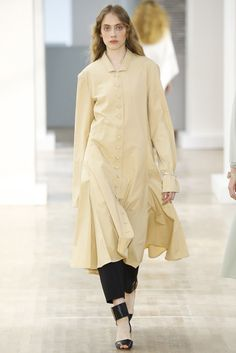 Lemaire Spring 2016 Ready-to-Wear Fashion Show Collection: See the complete Lemaire Spring 2016 Ready-to-Wear collection. Look 27 Fashion Week 2015, New York Fashion, Love Fashion, Runway Fashion, Fashion Design, Layering Outfits, Fashion Show Collection, Fashion Images, Spring Summer 2016