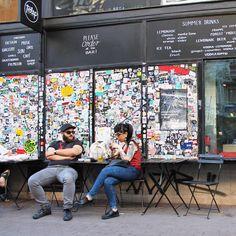 7th district in Budapest. Uren rondslenteren van terrasje naar terrasje. Wat een sfeer! Meer info op de blog.