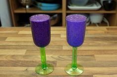 zwei Gläser mit Blaubeer-Smoothie gefüllt