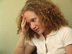 O estresse pode fazer mais mal do que você imagina. O efeito dele pode aparecer nas unhas, na pele e até nos cabelos.