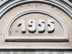 Cacería Tipográfica N° 271: Año de construcción 1955 en la calle Antiquilla en Yanahuara, Arequipa.