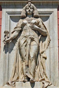 Letranías: Cleopatra en la fachada del Museo Egipcio en El Cairo. Fue la última reina de Egipto, perteneciente a la Dinastía Ptolemaica, también conocida como la Dinastía Lágida.