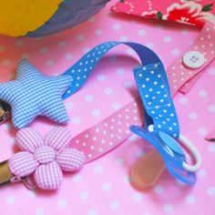 não perde o bico Baby Sewing Projects, Sewing For Kids, Diy For Kids, Pacifier Holder, Pacifier Clips, Baby Gifts To Make, Diy Bebe, Dummy Clips, Creation Couture