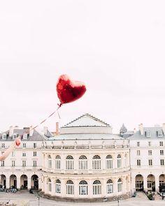 TAG Rennes Coeur sur vous #rennes #topitovoyage  : @noe_c_photography Fais comme Noé et tag nous sur tes plus belles photos voyage  . . . . . #vacances #visiting #instago #trip #holiday #travelling #tourism #tourist #instapassport #instatraveling #mytravelgram #travelgram #travelingram #igtravel #voyage #backpack #mairie #bretagne #white #sky #heart #norain