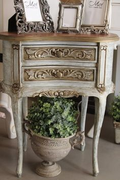 ~❤chalk painted small table w/carvings~