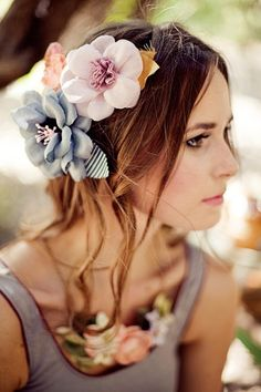 Hair Flowers by Mignonne Cute Hairstyles, Wedding Hairstyles, Hairstyle Ideas, A Todo Confetti, Corona Floral, Model Foto, Gris Rose, Flowers In Hair, Flower Hair