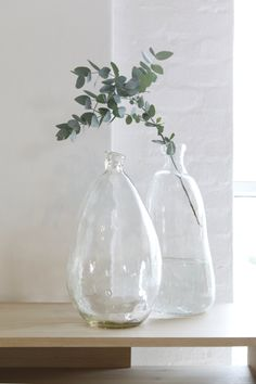 Organic Spanish Glass - Simple decor that can be used anywhere Monsaraz, Vase Deco, Weylandts, Foliage Plants, Decorative Accessories, Planting Flowers, Flower Arrangements, Farmhouse Decor, Beautiful Homes
