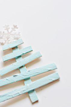 25 Ideas of How to Make a Wood Pallet Christmas Tree | http://www.designrulz.com/design/2014/11/25-ideas-make-wood-pallet-christmas-tree/