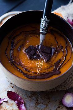 Chocolade in de soep? Klinkt gek, but trust us: het is zo lekker! Verras je gasten=met de heerlijke smaak van deze Chocolate Spiced Pumpkin Soup!