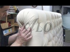 BEST instruction so far. Especially the way he does the corner folds. DIY-HOW TO UPHOLSTER A TUFTED HEADBOARD. LAURA L. - ALOWORLD - YouTube #upholsteredsofadiy