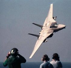 Tomcat The pilot got grounded for a month for doing this flyby past the aircraft carrier. Poor bastard, I'd be fuckin spewin if it was me. Military Jets, Military Aircraft, Fighter Aircraft, Fighter Jets, Tomcat F14, Photo Avion, Us Navy Aircraft, Flight Deck, Jet Plane